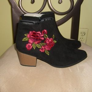 NEW QUPID BLACK FLORAL APPLIQUE BOOTIES 7